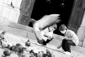 bambini fuori dalla chiesa