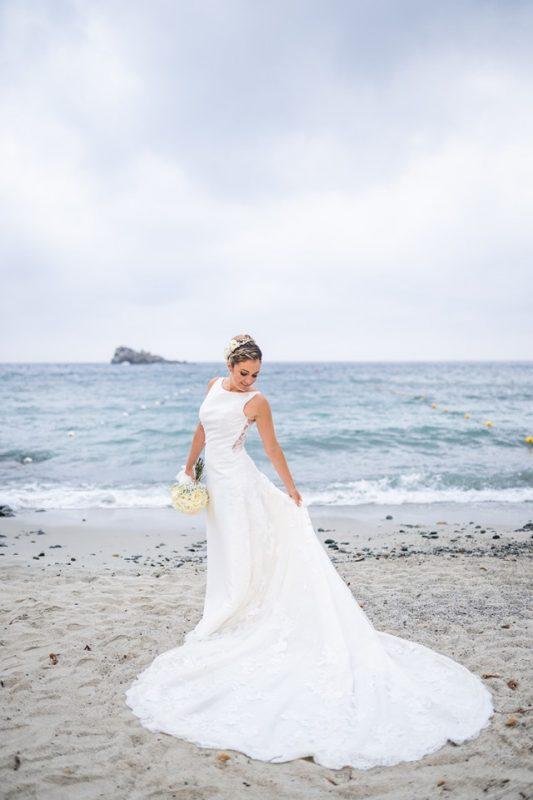 Sposa sulla spiaggia al mare matrimonio cagliari